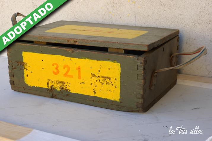 las_tres_sillas_caja_de_madera_ACME_ADOPTADO