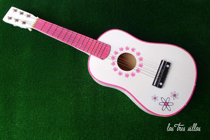 las_tres_sillas_guitarra_juguete (1)