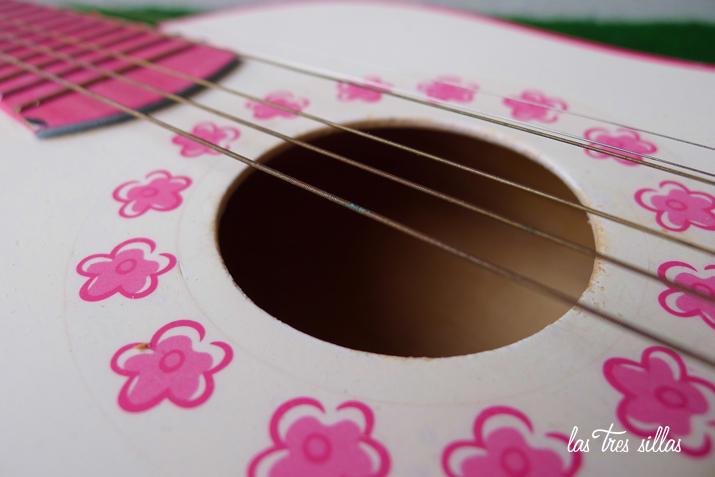 las_tres_sillas_guitarra_juguete (2)