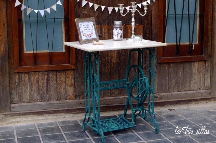 mesa_con_pie_de_maquina_coser_antigua_marmol2_las_tres_sillas
