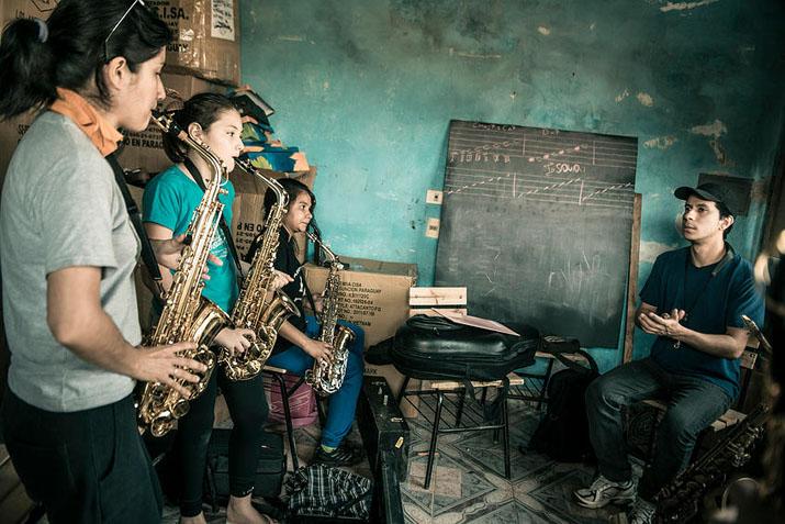 las_tres_sillas_orquesta_instrumentos_reciclados_cateura_paraguay_ (14)