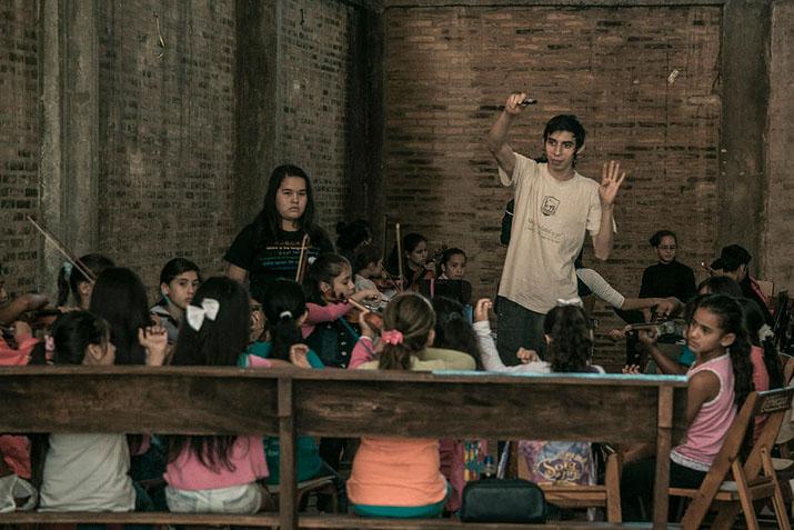 las_tres_sillas_orquesta_instrumentos_reciclados_cateura_paraguay_ (5)