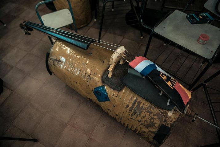 las_tres_sillas_orquesta_instrumentos_reciclados_cateura_paraguay_ (6)