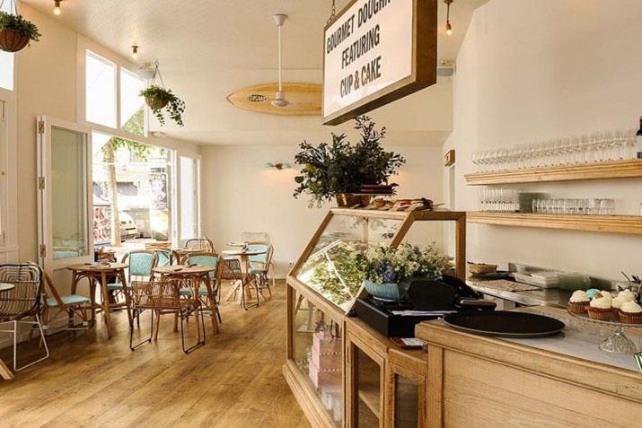 Cafeter as con muebles recuperados las tres sillas for Habitat muebles barcelona