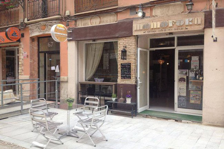 Cafeter as con muebles recuperados las tres sillas - Muebles cafeteria ...