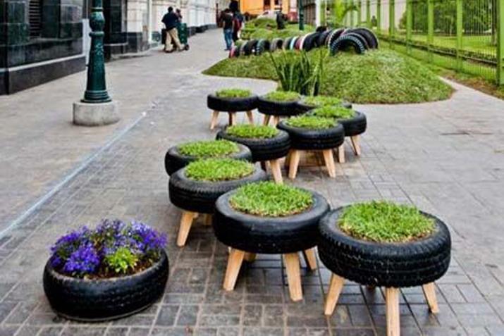 Espacios p blicos con muebles recuperados las tres sillas for Mobiliario para el jardin