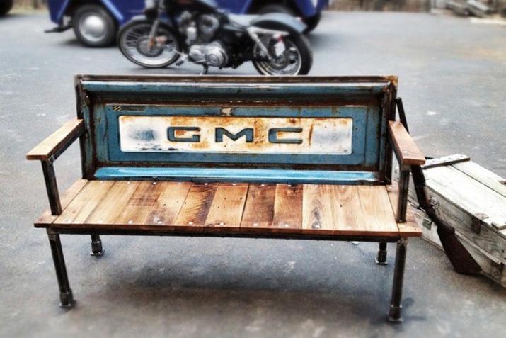 Espacios p blicos con muebles recuperados las tres sillas for Puertas de material reciclado
