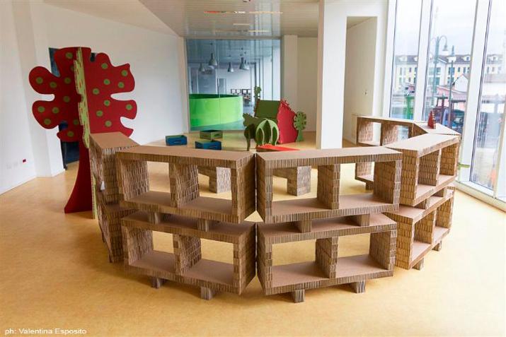 Espacios p blicos con muebles recuperados las tres sillas for Muebles con objetos reciclados