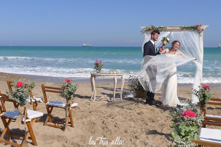 boda_playa_valencia_elsaler_lastressillas_novios_viento_altar